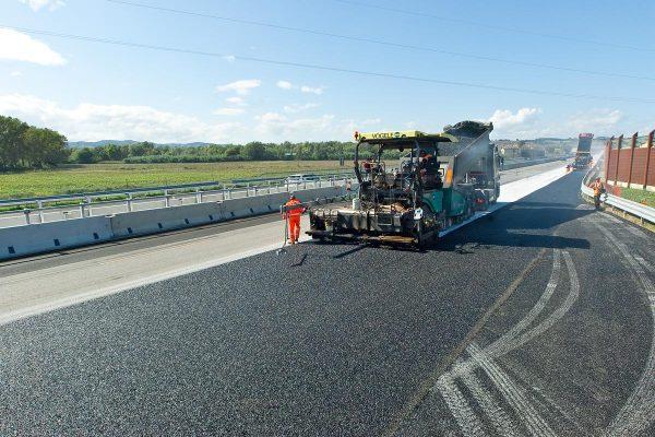 Asfaltatrice -Lavori di ampliamento autostrada